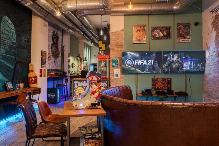 Два больших экрана и мягкий диван в Casanova CoffeeShop