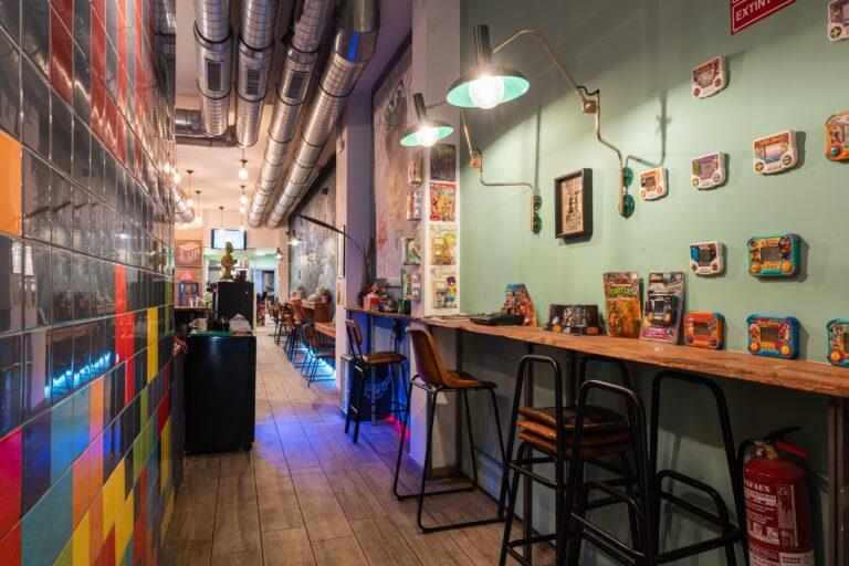 Барная стойка и геймбои на стене в Casanova CoffeeShop