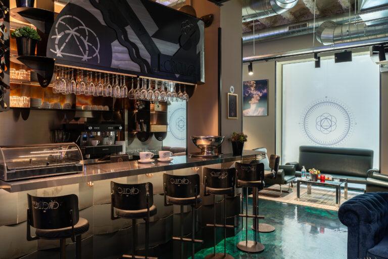 Барная стойка и барные стулья в клубе марихуаны