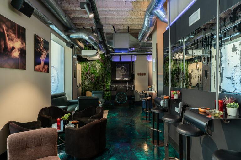 DJ пульт и мягкие кресла в клубе каннабиса
