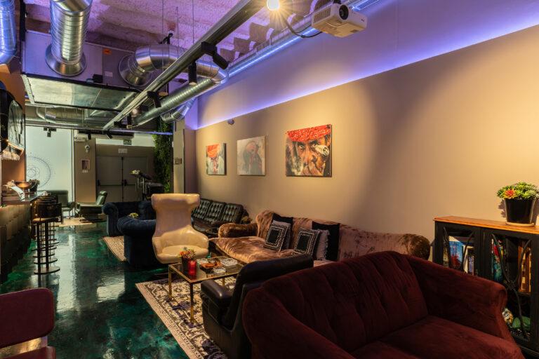 Лаунж зона с мягкими диванами в каннабис клубе Born Marijuana Club