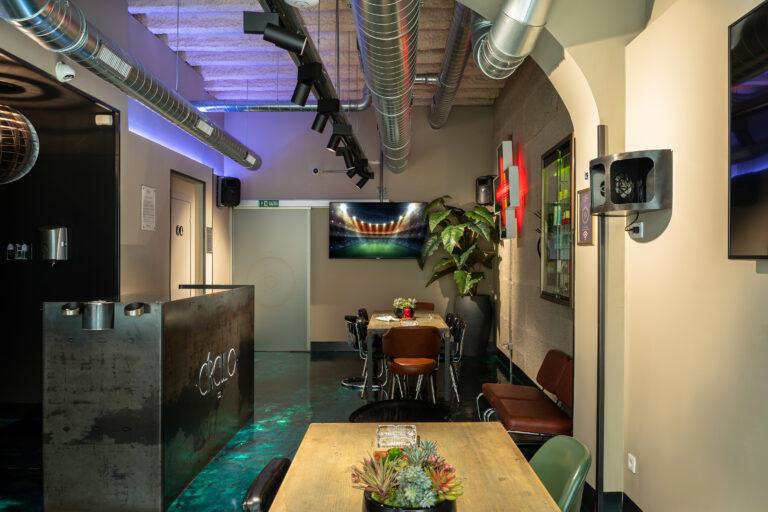 Большой экран и стол для коворкинга в Born Marijuana Club
