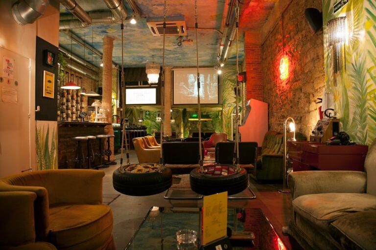 Большой экран и мягкие диваны в каннабис-клубе Раваль