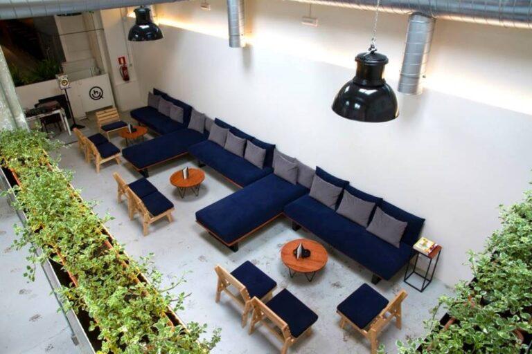 Мягкие диваны и столики в кофешопе Барселоны