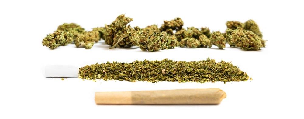 Каннабис джойнт и измельченная марихуана в форме сигареты