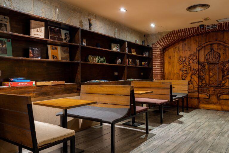 Столы и входная зона клуба Sant Pere