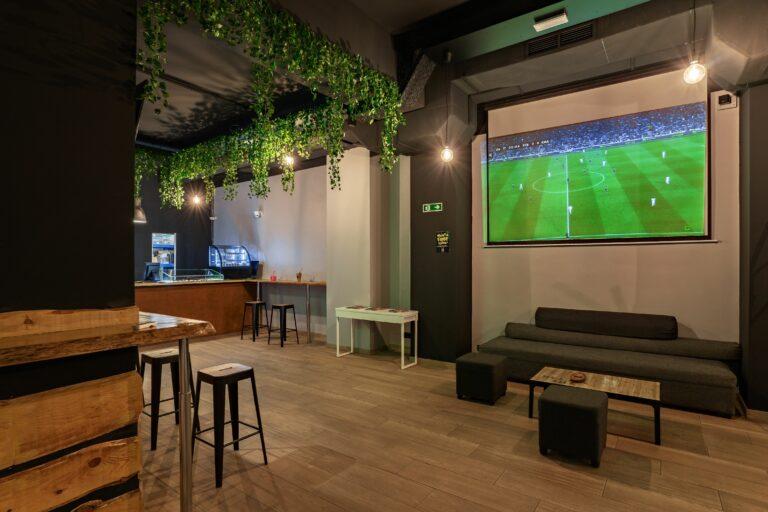 Большой экран для просмотра футбольных трансляций