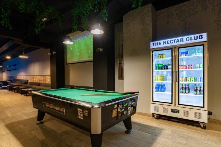 Холодильник и стол для игры в бильярд в кофешопе Sant Antoni