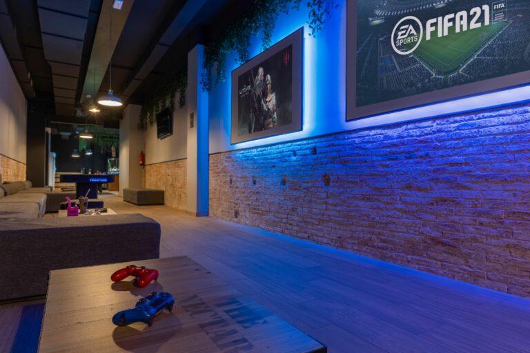 Игровая зона с мягкими диванами для игры в плейстейшн и курения марихуаны